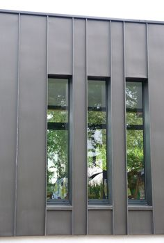 Discover recipes, home ideas, style inspiration and other ideas to try. Zinc Cladding, House Cladding, Industrial Architecture, Facade Architecture, Cozy Living Rooms, Plaza, Building Design, Deco, House Plans