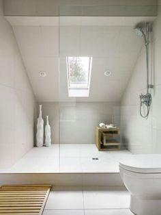 Praktické řešené podkrovní koupelny