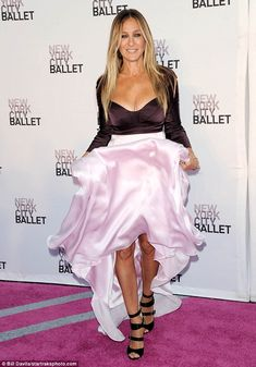 Sarah Jessica Parker puts on a flirty show alongside husband Matthew Broderick at the NYC Ballet Fall Fashion Gala Star Fashion, Love Fashion, Autumn Fashion, Sarah Jessica Parker Lovely, Carrie Bradshaw Style, Love Her Style, Celebrity Style, Sexy, Celebs