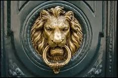 Brass door knockers knock knock new Ideas Old Door Knobs, Door Knobs And Knockers, Brass Door Knocker, Door Handles, Double Front Doors, Glass Front Door, Glass Doors, Lion Door Knocker, Door Detail