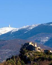 Le château de Vaison et le Mont Ventoux en fond