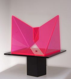 Galleria Marelia - Forlivesi Mirella, Variazione su 3 facce di un cubo, 2006, plexiglas fluorescente, plexiglas trasparente e base in legno, cm 29x29x26