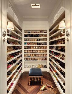 A las mujeres nos fascinan los zapatos de todo tipo, color y tamaño. Aún si los tenemos guardados y sin usar, no resistimos la tentación de comprarlos.Nos encanta la moda y el calzado suele ser la tentación principal de la gan mayoría. ¡Imáginate si pudieras tener un closet solo para tus zapatos con un diseño e