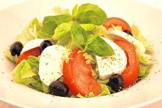 """"""" Menù Ensalada Capri """" € 10,00.- ( Insalata mista, pomodori, olive nere, mozzarella, origano e basilico + 1/2 L. Acqua Minerale )"""