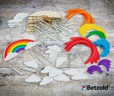 Einfache Bastelarbeit mit der ganzen Gruppe: Mit diesen 12 Bastelsets entstehen wunderbare Regenbogen-Windspiele. Alles, was zum Basteln benötigt wird, ist in jedem Set enthalten. Das praktische, selbstklebende Moosgummi wird einfach an die Wolke aus Sperrholz geklebt und schon können die Klangstäbe an die Wolke angebracht werden.  Basteln mit Kindern   Kunstunterricht   Grundschule Ideen Art Lessons Elementary, Wind Chimes, Cloud, Plywood, Group, Rain Bow, Crafts
