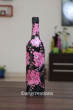Painting Bottles, Painted Glass Bottles, Beer Bottle Crafts, Diy Bottle, Wine Bottle Design, Wine Bottle Art, Glitter Wine Bottles, Stone Art Painting, Painted Plant Pots