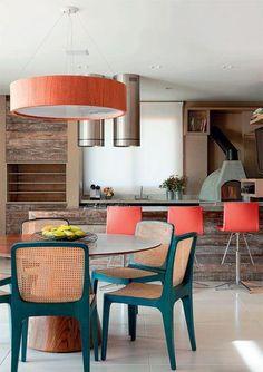Chão, chuveiro, mesa e cadeiras