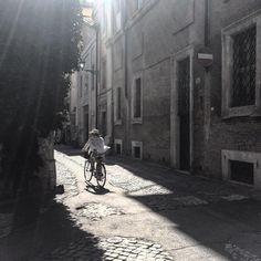 Late summer light. #rionemonti #rome #roma #lamiaroma #howisummer #thisisrome #thisissummer #browsingitaly #bicichic #blackandwhite