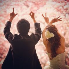 二人の指で作るLOVEポーズのラブラブな後姿の撮り方! | marry[マリー]