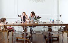Devorar cupcakes é uma das muitas brincadeiras possíveis na sala de jantar projetada pela arquiteta Vanessa Féres, na casa onde vivem Isabella, de 2 anos, e Carol, 1. As poltronas Louis Ghost, de Philippe Starck, fazem contraste com a mesa clássica