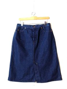 Vintage LEVI`S Denim Midi Skirt from 1970s. Measurements(Measures are laid flat) Total Length : 27 Waist : 30 Hips : 38 Condition :★★★★☆(Never worn. Theres slight white discolorations on hip as shown in thepic #3.) ※Please read the policy before you purchase※ ☆Dear