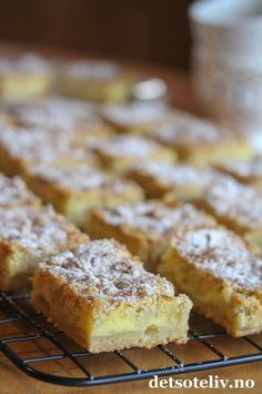 Vanilje- og epleruter i langpanne | Det søte liv Norwegian Food, Norwegian Recipes, Recipe Boards, Frisk, Yummy Cakes, Banana Bread, Nom Nom, Biscuits, Cake Recipes