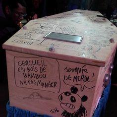 Tignous, un cercueil griffonné de dessins et de mots d'esprit. Les proches du dessinateur abattu dans les locaux de Charlie Hebdo cultivent l'irrévérence de leur ami.