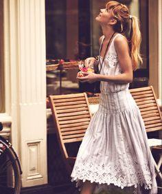 Rien de tel qu'une petite robe en dentelle pour célèbrer l'arrivée du printemps !