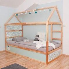 Dieser IKEA KURA Hack ist kinderleicht. Das Hochbett kannst du im nu mit diesen tollen Klebefolien von Limmaland pimpen. In 11 verschiedenen Muster und Farbvarianten findest du alles hier www.limmaland.com Jetzt dein Kinderbett Möbelfolien umgestalten. DIY Hausbett ansehen!