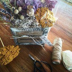 Cajita con flores preservadas y secas.
