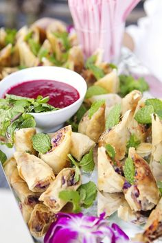 These spring rolls look delicious. If I go with the Asian theme for the wedding, these would be great for the reception. ♥