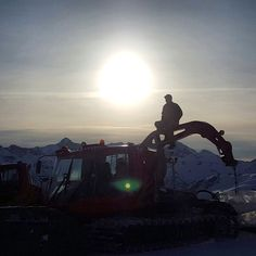 Saying goodbye to the season in style @whistlerblackcomb @pistenbullyusa Thanks @danmageau for the pic. #pistenbully #grooming #igroomwb #instagroomers #sunrise #pb600polarwinch #lastday #snowcat by petedobesch