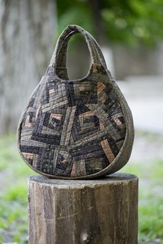 bag by Yoko Saito so cool! I think this is someone else using Yoko's pattern. Neat to also see longer handle.New Bag - Crossroads of utility and beautyLove the fabric combinations and bag shape Yoko Saito, Japanese Bag, Japanese Quilts, Patchwork Bags, Quilted Bag, Handmade Handbags, Handmade Bags, My Bags, Purses And Bags
