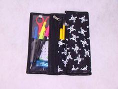 Estojo escolar / Porta lápis.  Ótima opção para  deixar as os lápis e as canetinhas organizadas. Fácil de usar. Cabem 12 lápis de cor + 12 canetinhas  Tem uma necessária onde pode colocar, canetas,cola,borracha, tesoura, apontador.... O fechamento em elástico que facilita o manuseio.  Exce...