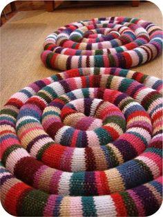 Держите ноги в тепле. Коврики. Часть 2 - Ярмарка Мастеров - ручная работа, handmade Yarn Crafts, Fabric Crafts, Hand Embroidery, Embroidery Designs, Knit Slippers Free Pattern, Braided Rugs, Loom Knitting, Knitting Designs, Creative Crafts