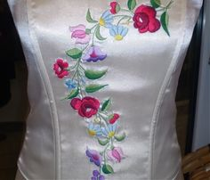 Fűzők kézi hímzéssel Hand Embroidery, Hands, Womens Fashion, Canvas, Hungarian Embroidery, Little Birds, Blouses, Women's Fashion, Feminine Fashion