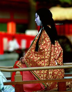 In Kyoto, for the Jidai matsuri festival a geisha embodies the famous female writer from the Heian period Murasaki Shikibu. Heian Era, Heian Period, Matsuri Festival, Japanese Festival, Japanese Outfits, Japanese Style, Layered Fashion, Nihon, Japanese Culture