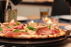 Eltefri pizza med parmaskinke, mozzarella og konfiterte tomater Mozzarella, Looks Yummy, Frisk, Hawaiian Pizza, Pepperoni, Vegetable Pizza, Great Recipes, Dinner, Gourmet