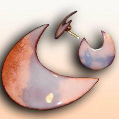 Conjunto de Colgante o broche y pendientes LUNA . Conjunto de piezas elaboradas de forma artesanal sobre base de cobre de 0.7 mm esmaltada al fuego con esmalte blanco transparente. Puede ser usado como colgante o broche, cuyo cierre tiene mecanismo de seguridad. El colgante va montado en cordón de seda negro. El enganche de los pendientes es de plata.