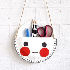 Paper Plate Craft: The Cutest Desk Tidy, made with wool, glue, paper plates and a hole punch! I say adorable.