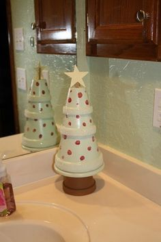 Flower Pot Christmas Tree - This simple Christmas clay pot craft can brighten up any space. I love painting inexpensive clay pots . So easy to match your own decor! Flower Pot Crafts, Clay Pot Crafts, Christmas Projects, Holiday Crafts, Holiday Fun, Flower Pots, Christmas Ideas, Holiday Ideas, Diy Flower