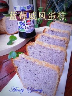 藍莓戚風蛋糕 (Blueberry Chiffon Cake) // 4 egg yolks, 20 g sugar, 80 g blueberry jam, 27 g oil, 80 g flour, 4 egg whites, 30 g sugar, 1 t lemon juice.