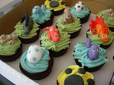 12 Dinosaur Cupcakes- fantastic!! My eldest would go wild for these!
