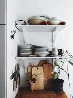 Instagram: @mosebacke Kitchen Inspiration, Interior Design Inspiration, Home Decor Inspiration, Shelfie, Retro Chic, Junk Drawer, House Goals, Architecture, Decoration