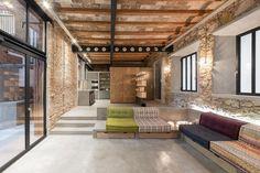 Le studio d'architecture FFWD Arquitectos, vient tout juste de terminer la rénovation de cette habitation de 122 m2 à Barcelone en Espagne.  Le plus frappant est le mélange de vieux matériaux comme la brique avec le métal, le béton et le verre. La brique patinée par le temps et les vieux plafonds consolidés par des IPN donnent à cet appartement un cachet unique entre industriel et bohème. Un énorme travail a également été réalisé sur l'éclairage et la circulation entre les espaces.