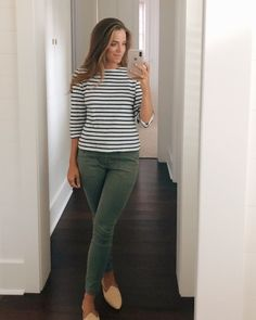 Gal Meets Glam Daily Look featuring Julia wearing a Saint James tee, J.Crew pants, and Le Monde Beryl mules Spring Outfits Women Casual, Casual Work Outfits, Business Casual Outfits, Work Attire, Work Casual, Office Attire, Business Attire, Casual Pants, Casual Wear