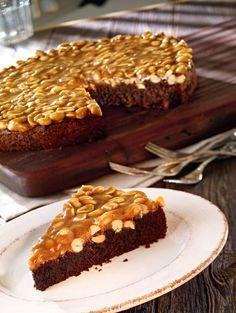 Eine super Kombination aus Schokoladenkuchen mit Erdnüssen und Karamell