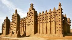 Grande Mesquita de Djenné, Mali - Construída em 1907, a Grande Mesquita de Djenné é a maior estrutura de argila do mundo, erguida quase que inteiramente com tijolos de barro queimados pelo sol, areia e gesso e argamassa de barro.