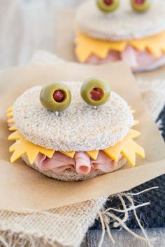 Want to send your child off to school with a smile on their face? Try some of these fun and creative preschool lunch ideas. Toddler Meals, Kids Meals, Cute Food, Good Food, Funny Food, Lunch Items, Healthy School Lunches, Healthy Meals, Healthy Halloween