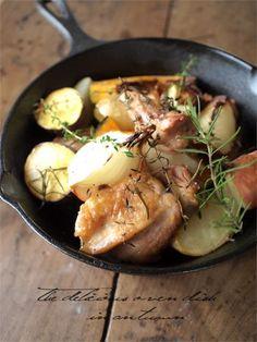 スキレットで チキンと秋野菜のオーブン焼きのつくりかた 【2人分材料】鶏もも肉 1枚、じゃがいも 2個、かぼちゃ 1/8個、さつまいも 小1/2本、ズッキーニ 小1/2本、有機玉ねぎ 小2個、にんにく ひとかけ、ローズマリー 2枝くらい、タイム 2枝くらい、オリーブオイル適宜、塩(岩塩) 適宜、こしょう 適宜