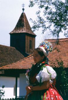 Famous porcelain manufacture having town, Hollókő, Hungary: traditions are well preserved in this town. Hungarian Embroidery, Folk Embroidery, Learn Embroidery, Beginner Embroidery, Butterfly Embroidery, Chain Stitch Embroidery, Embroidery Stitches, Embroidery Patterns, Folk Costume