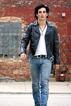 Rocker style men, rocker look, biker leather, leather jeans, leather jacket Rocker Style Men, Rocker Look, Rocker Chic, Fashion Week Hommes, Mens Fashion Week, Mens Fashion Casual Shoes, Mens Fashion Suits, Fashion Boots, Style Rock Hommes