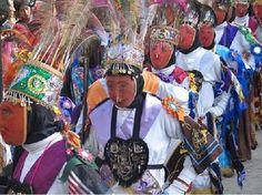 QHAPAQ CHUNCHO. Danza de origen colonial, representa a los guerreros nativos de la selva de Kosñipata, su vestimenta tiene marcada influencia prehispánica. Lleva una orla circular de plumas multicolores llamada chucu, cabelleras largas, mascara de malla, unku a manera de faldón, mascara de malla de alambre, portan una lanza de chonta. (http://www.andina.com.pe)
