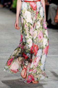 Actively searching for this Paul & Joe Floral maxi skirt Floral Fashion, Look Fashion, Fashion Details, Fashion Outfits, Womens Fashion, Fashion Drug, Paris Fashion, Fashion Clothes, Estilo Floral