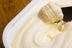 La mantequilla casera tiene diferentes beneficios para la salud, siempre y cuando la consumamos en porciones moderadas. Aprende a preparar tu propia mantequilla casera y disfruta sus beneficios!