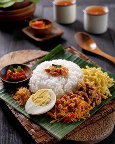 """Balinese Jinggo Rice"" aka ""Nasi Jinggo Bali"" Available from They will be serving at Ashiteru Bazaar Indian Food Recipes, Asian Recipes, Ethnic Recipes, Thai Food Menu, Malay Food, Food Photography Tips, Breakfast Photography, Malaysian Food, Tempeh"