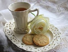 Dezertní sada * hrníček na čaj s táckem na pečivo, z bílého porcelánu  zdobeného mřížkovou krajkou ♥
