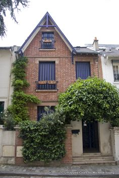 A charming English-style house in Villa Léandre in Montmartre