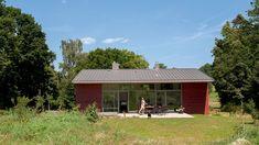 Idyllisch gelegen zwischen Wald und Dorfrand öffnet sich das Haus zum Garten. | Bild: BR / Sabine Reeh