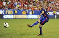 Manchester United's Darren Fletcher scores the winning penalty
